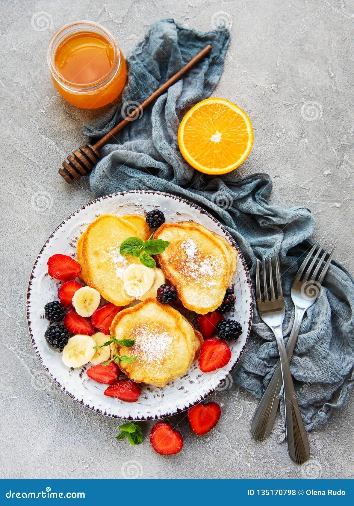Pancake deliziosi con la fragola