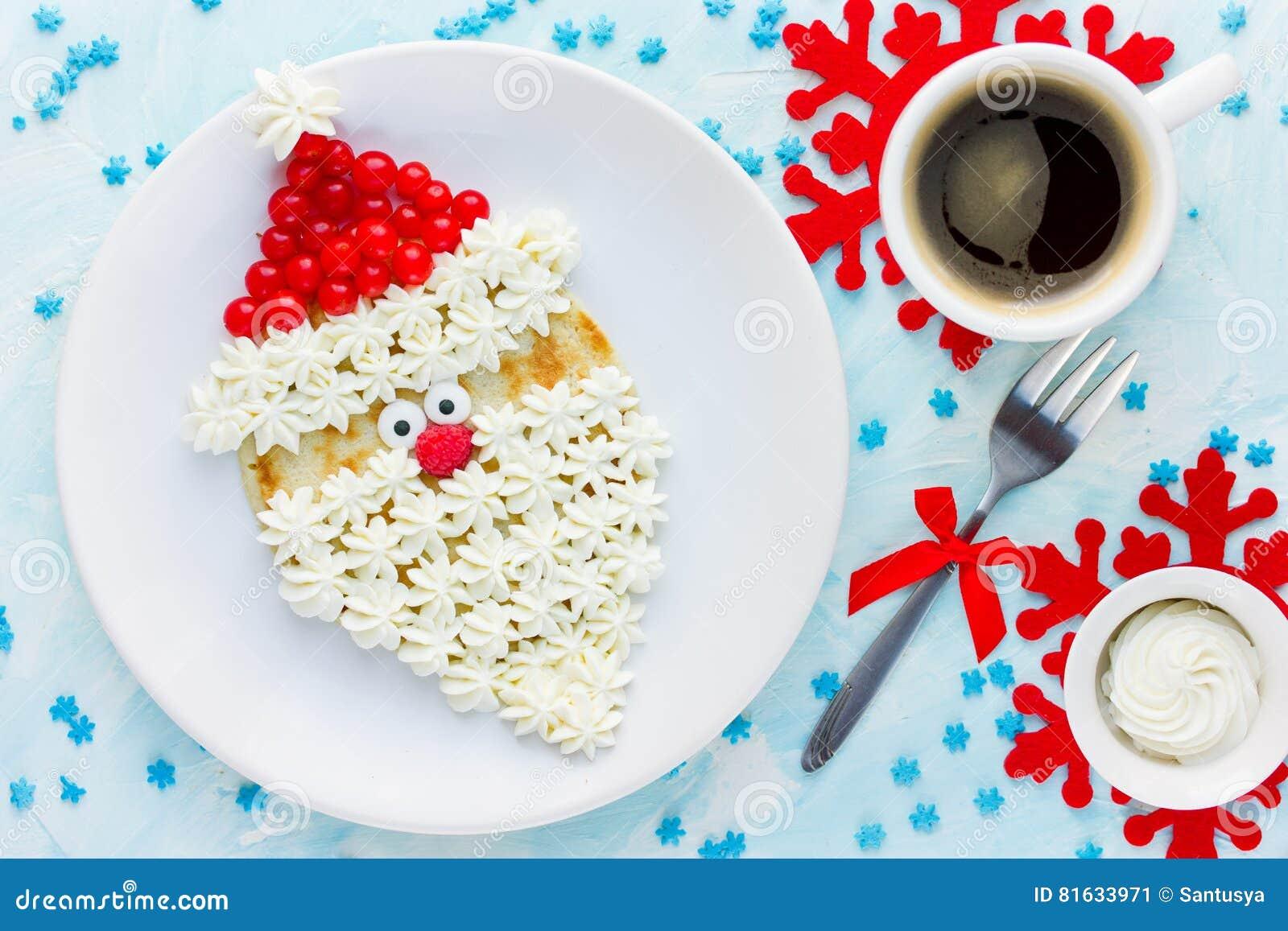 Pancake di Santa Claus di Natale con crema e la bacca montate, Chr