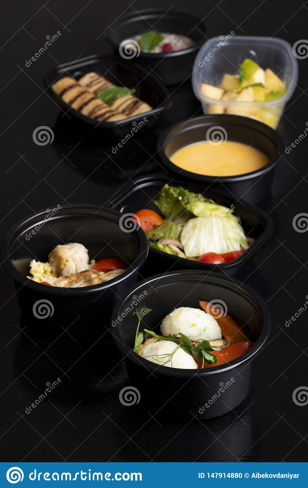 Pancake e foglia cotta della menta, minestra di piselli con le verdure cotte a vapore, lattuga e macedonia di frutta esotica