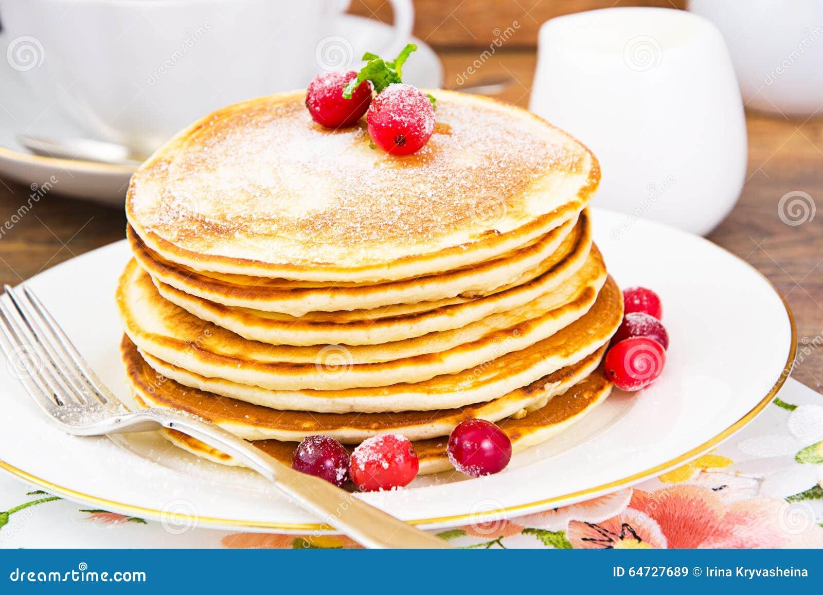Pancake saporiti con la pila del mirtillo rosso