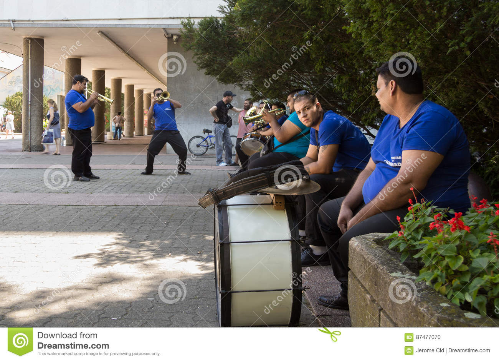 PANCEVO, СЕРБИЯ - 1-ОЕ АВГУСТА 2015: Диапазон музыки Roma репетируя перед представлением свадьбы