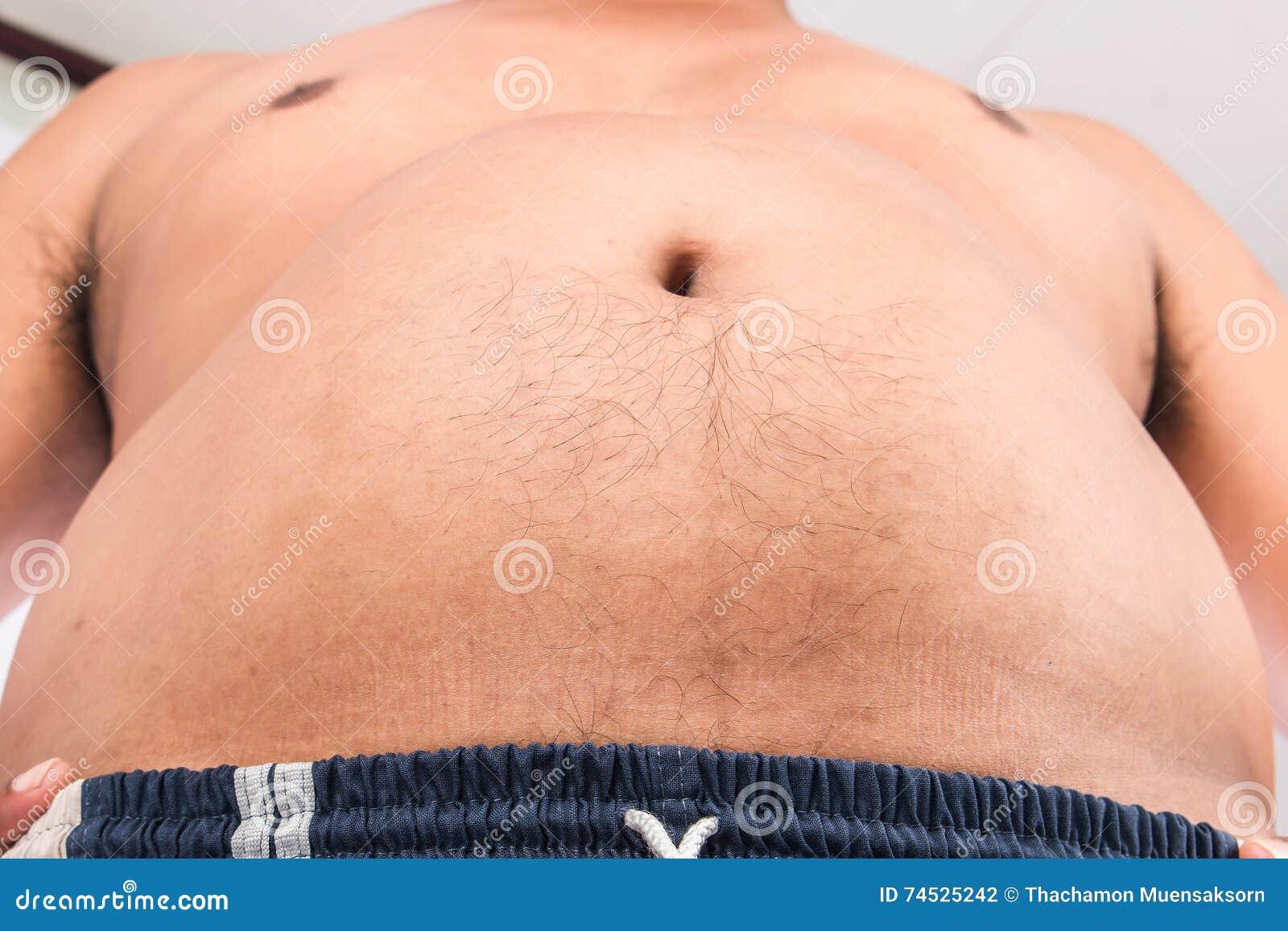 uomo grasso che gioca con la sua pancia