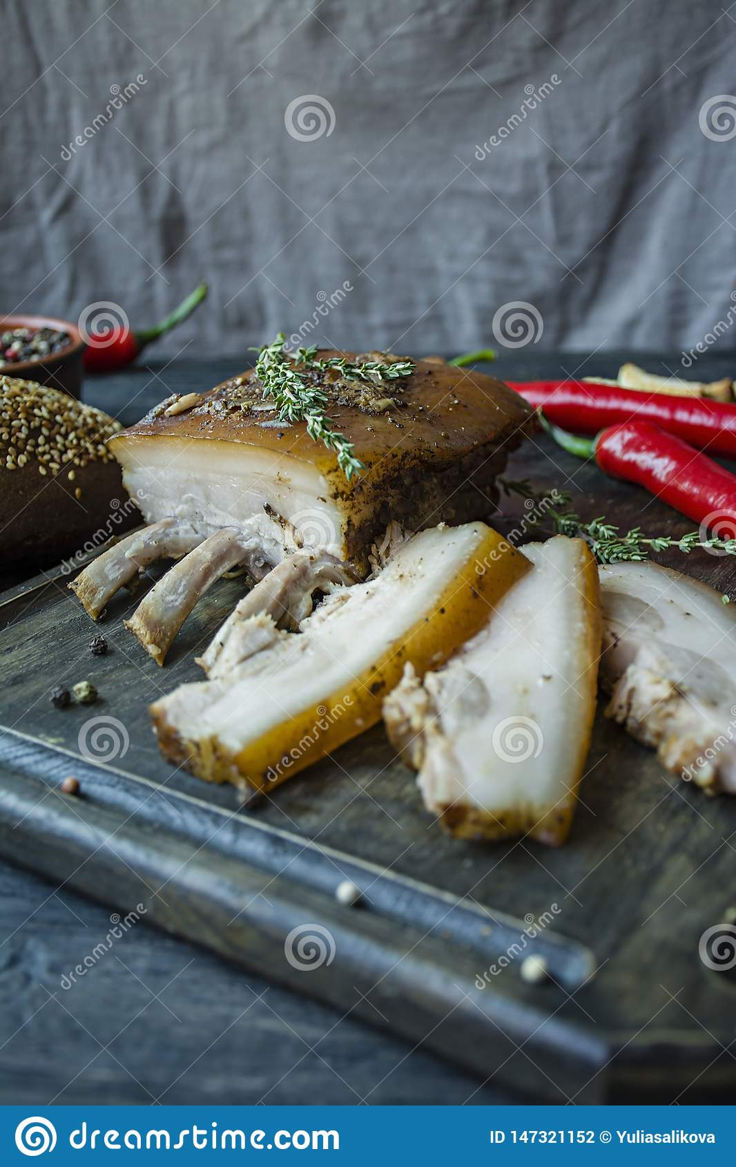 Pancia di carne di maiale cotta con le spezie, timo, pepe amaro, pane fresco Grasso ucraino Piatto tradizionale dell Ucraina Di l