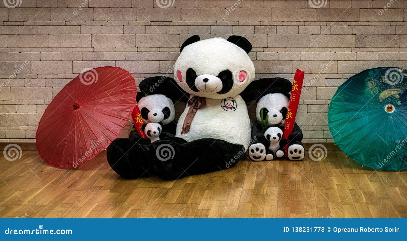 Pandafamiljdockor med paraplyer