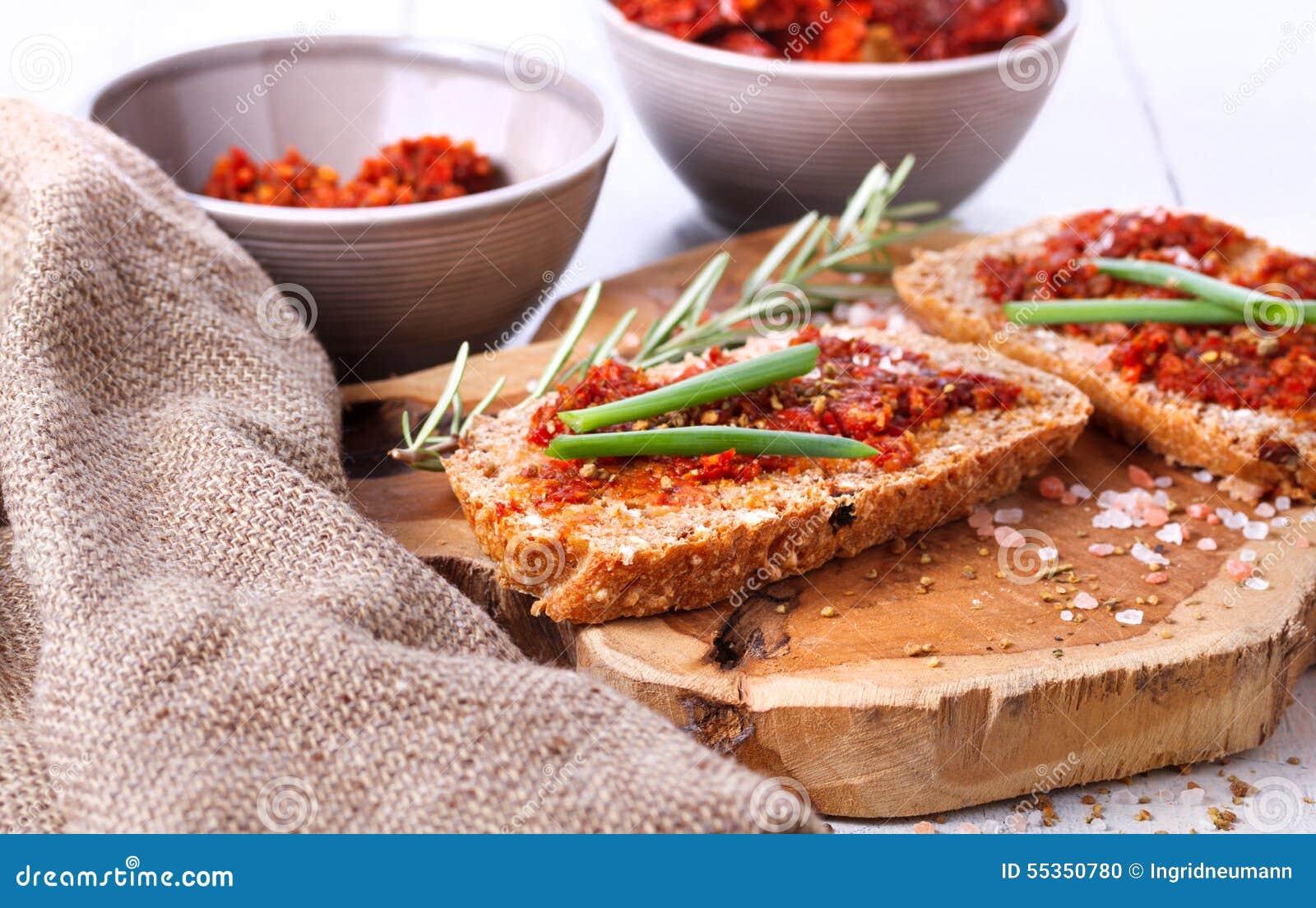 Pane con i pomodori e le erbe secchi
