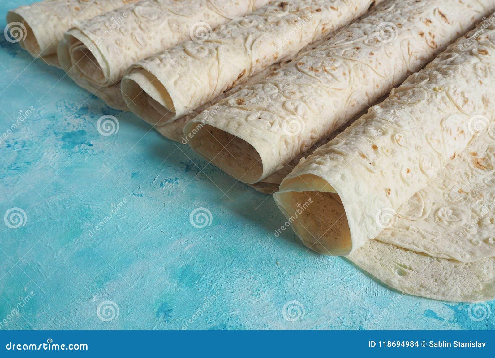 Pane del lavash del pane casalingo su fondo blu