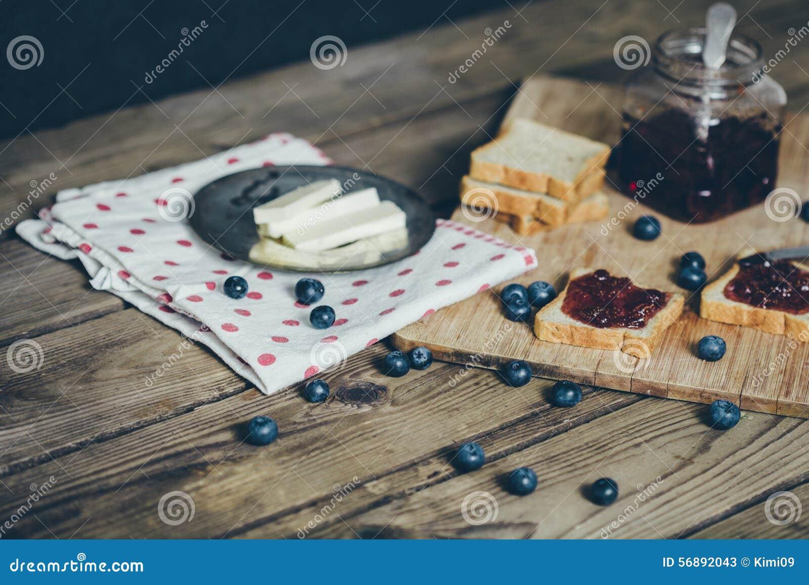 Pane del pane tostato con l inceppamento di fragola di bosco