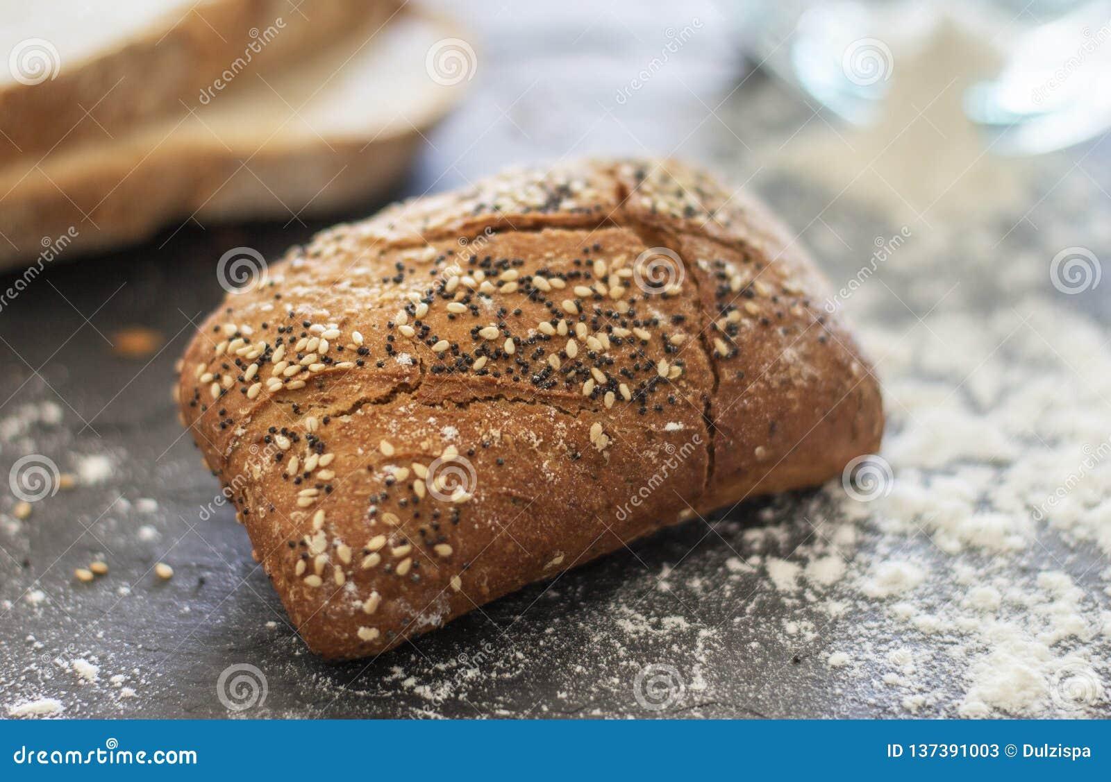 Pane del rotolo con i semi di papavero e del sesamo