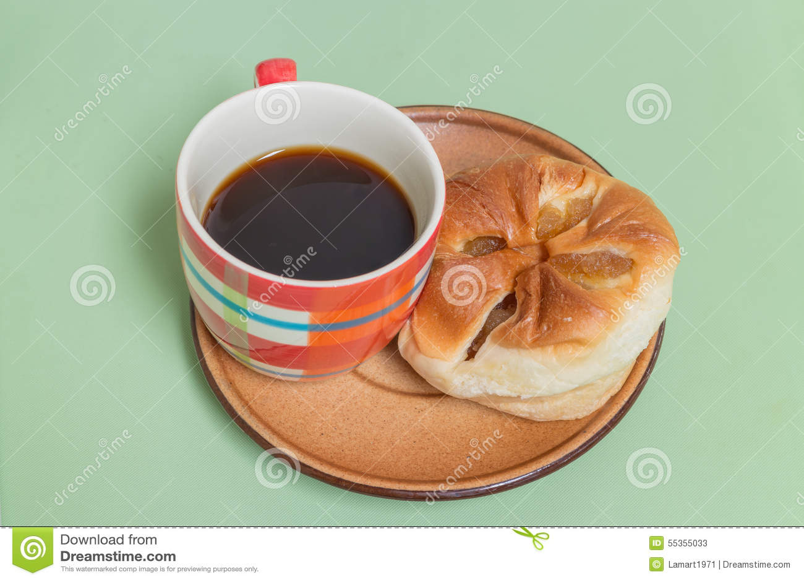 Pane dell ananas sul piatto marrone con caffè nero