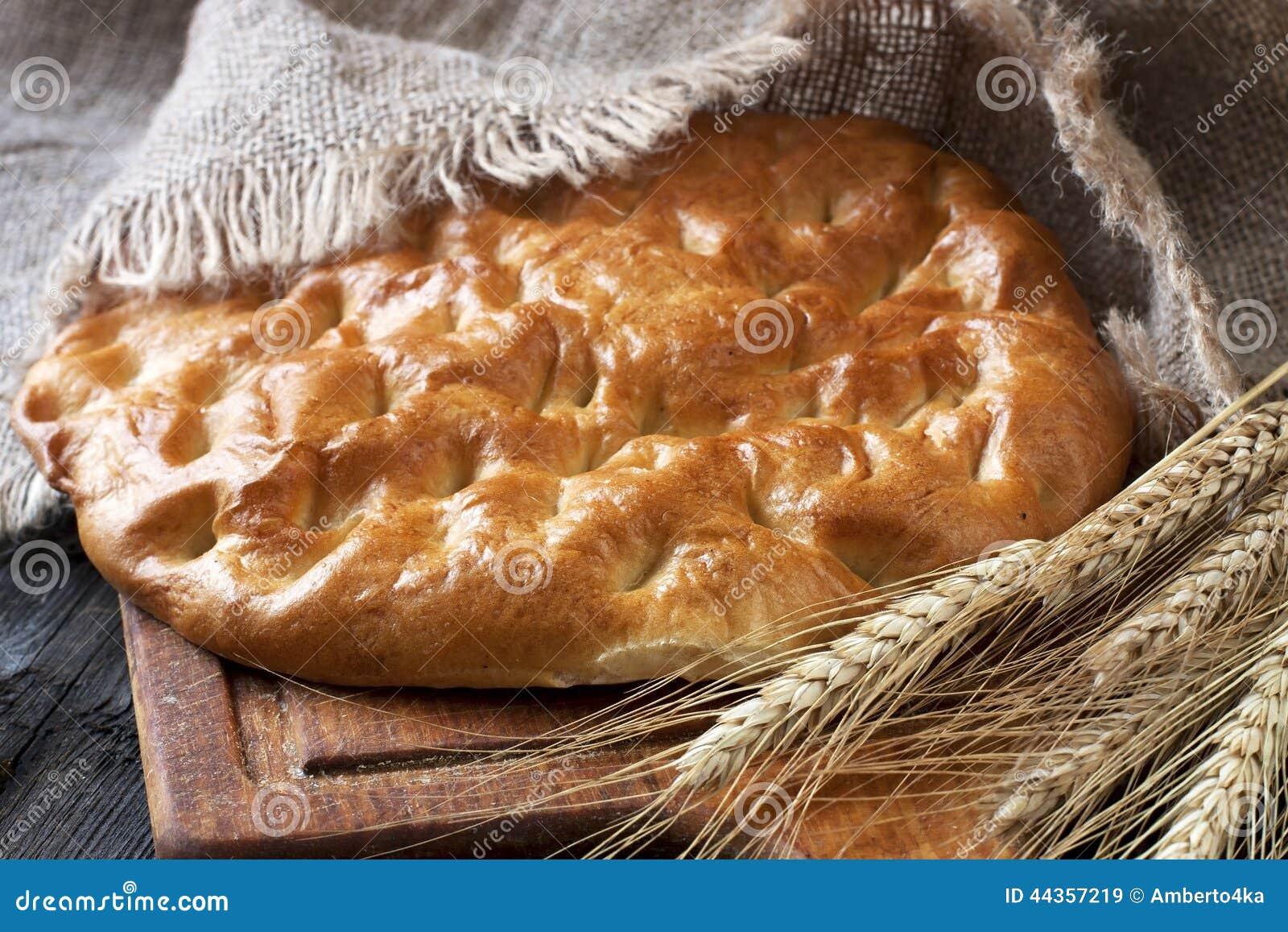 Pane fresco e segale sul bordo di legno
