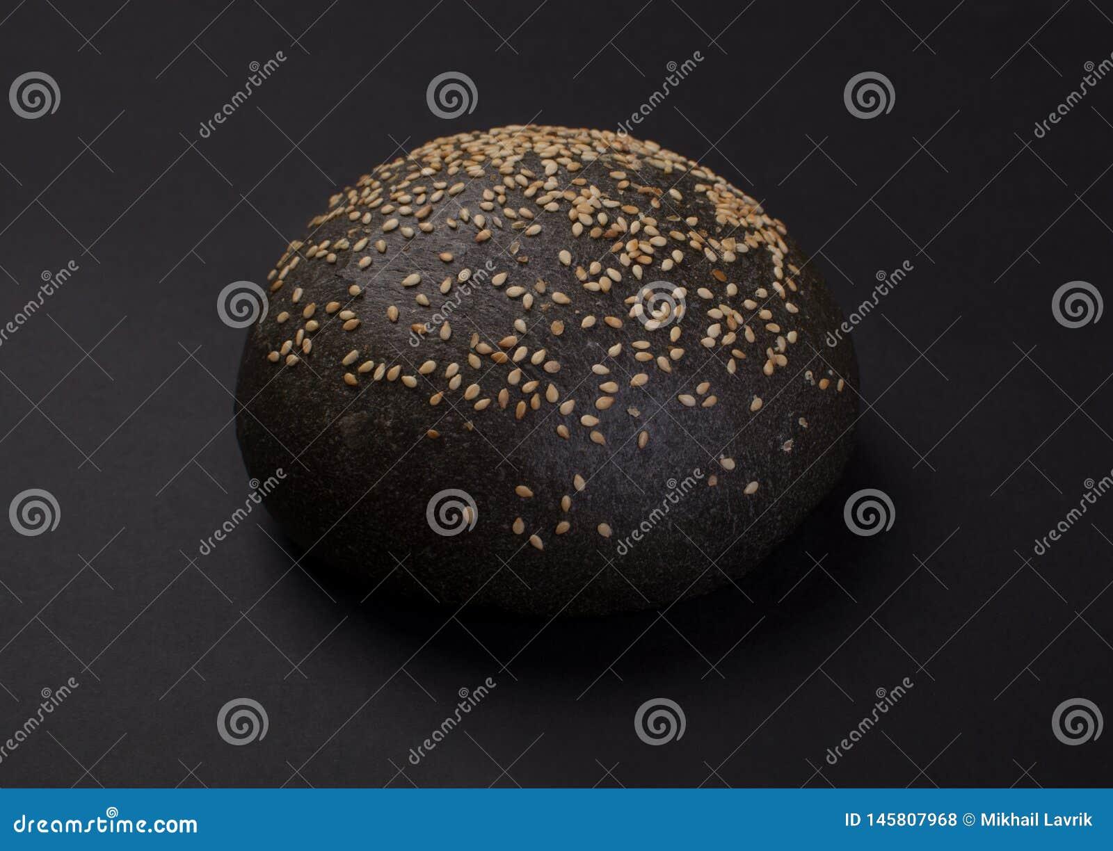 Pane rotondo nero con sesamo