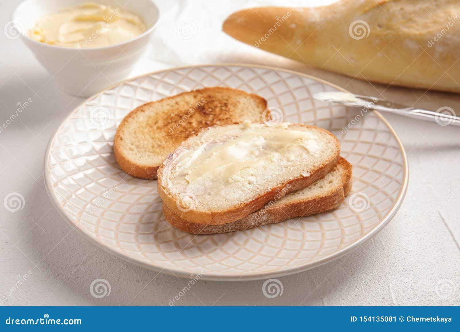 Pane saporito con burro per la prima colazione
