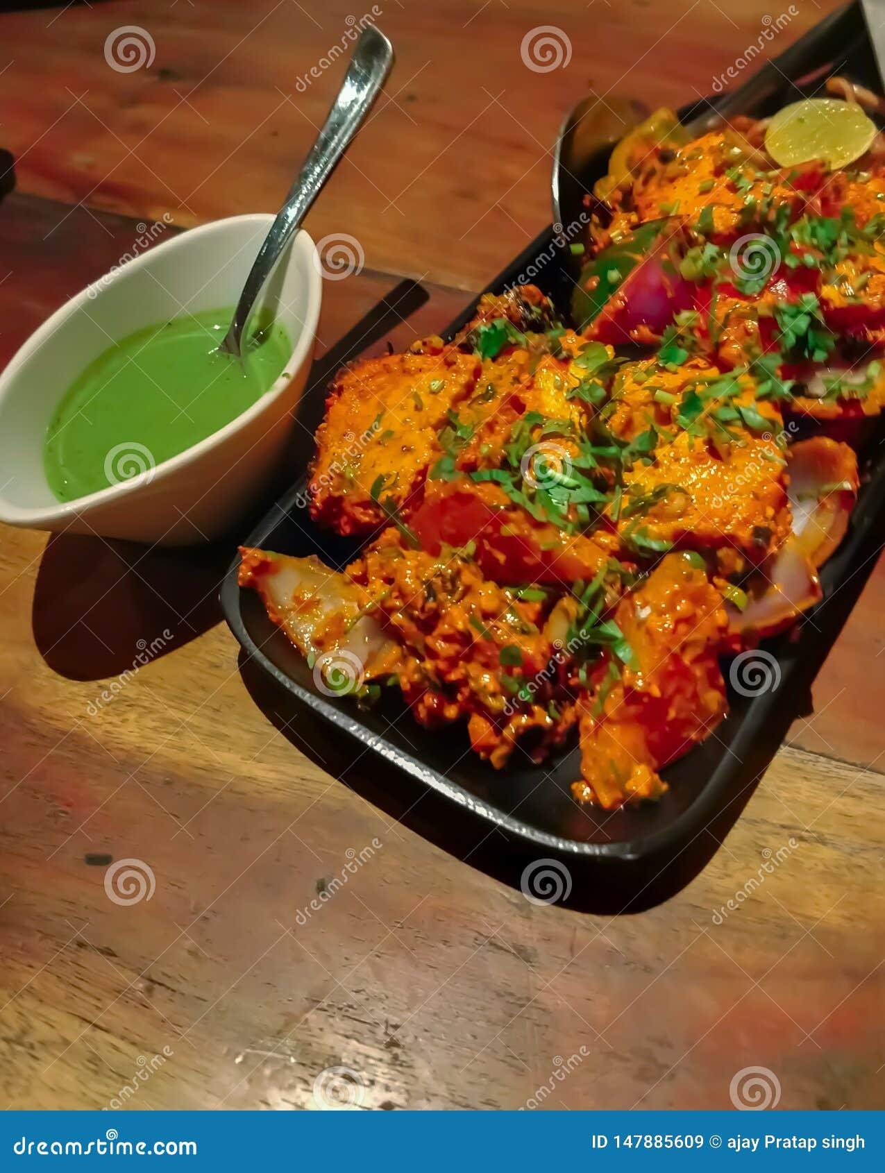 Paneer Tikka Kabab w czerwonym kumberlandzie - jest Indiański naczynie robić od kawałów marynujących w pikantność & piec na grill
