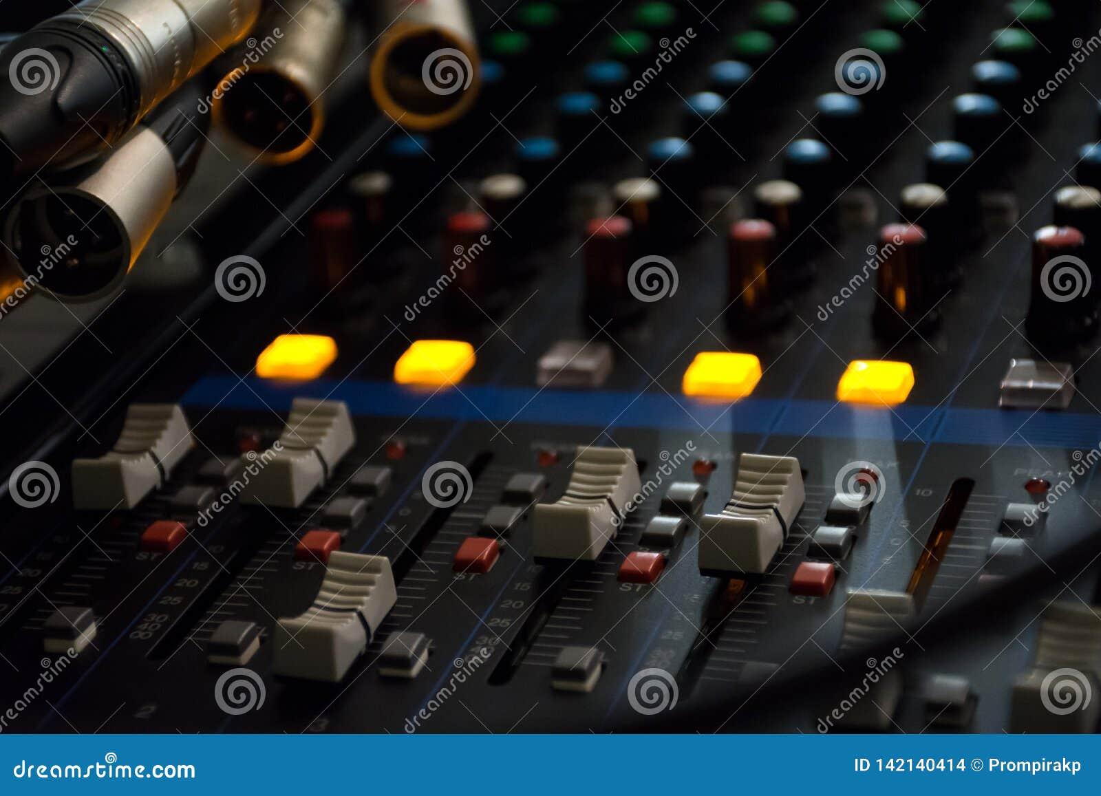 Panel de control del mezclador de sonidos en fondo ligero oscuro en sala de control audio