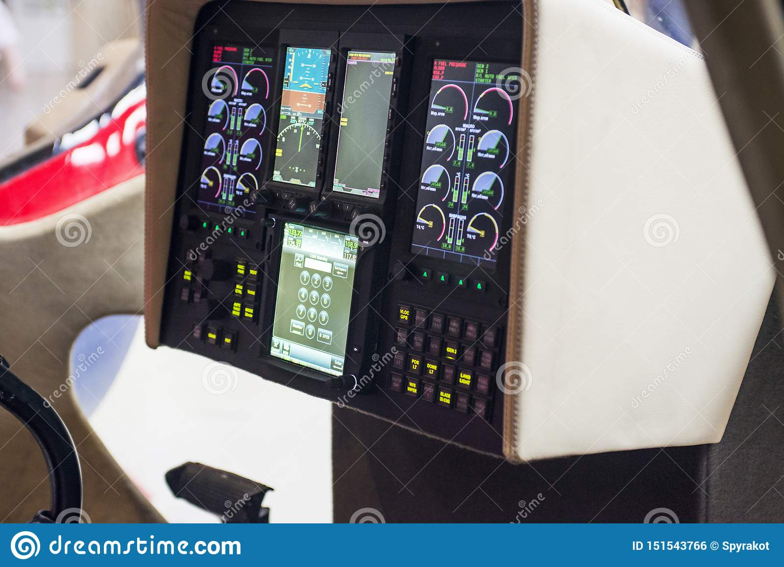 Panel de control negro en una carlinga del helicóptero Los instrumentos tablero de una carlinga del helicóptero Interior del tabl