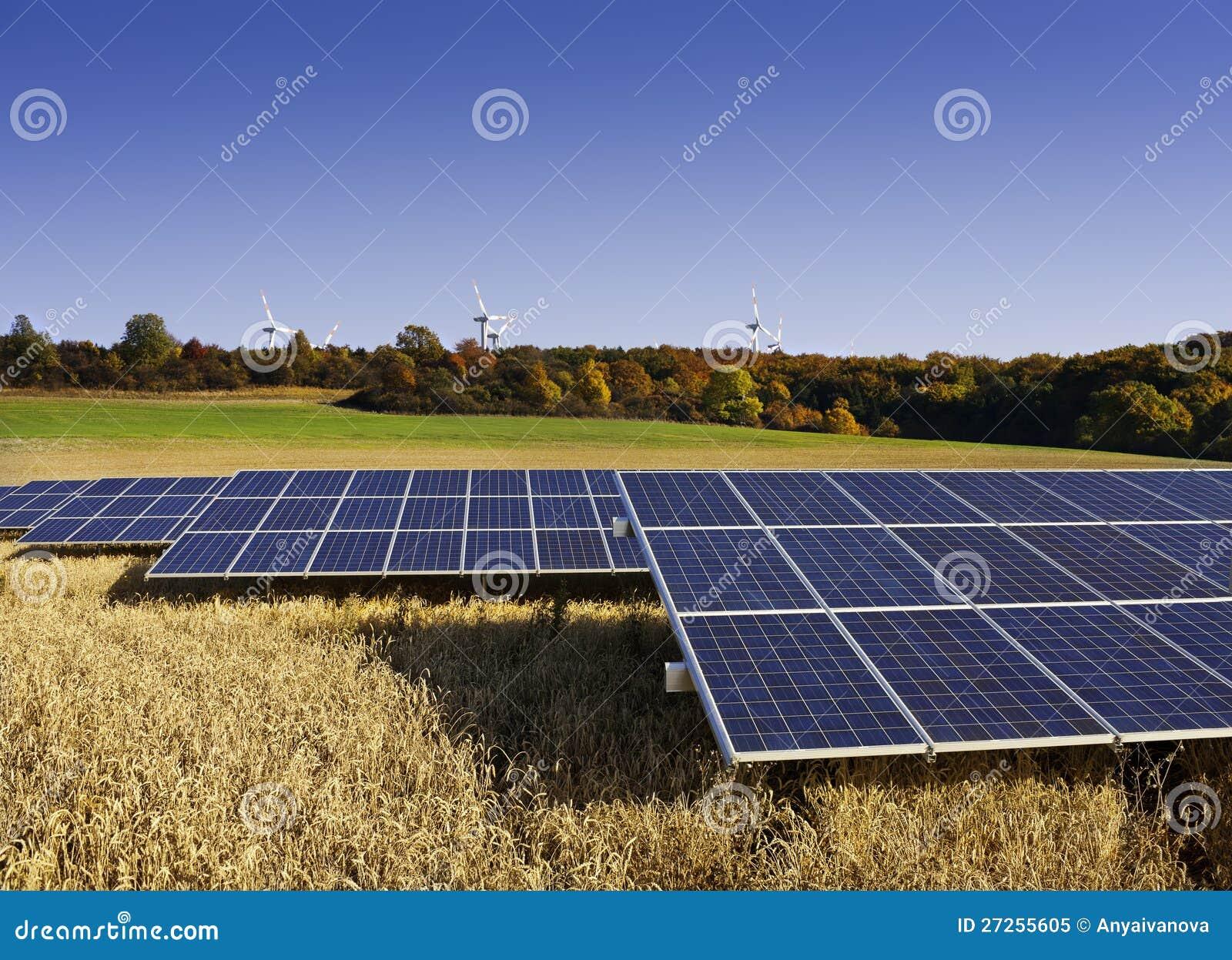Panel słoneczny i wiatraczki w Jesień