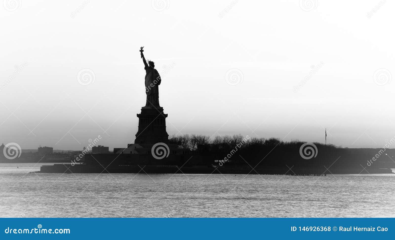 Panelljussikt av den amerikanska symbolstatyn av frihetkonturn i New York, USA H?g nyckel- svartvit bild
