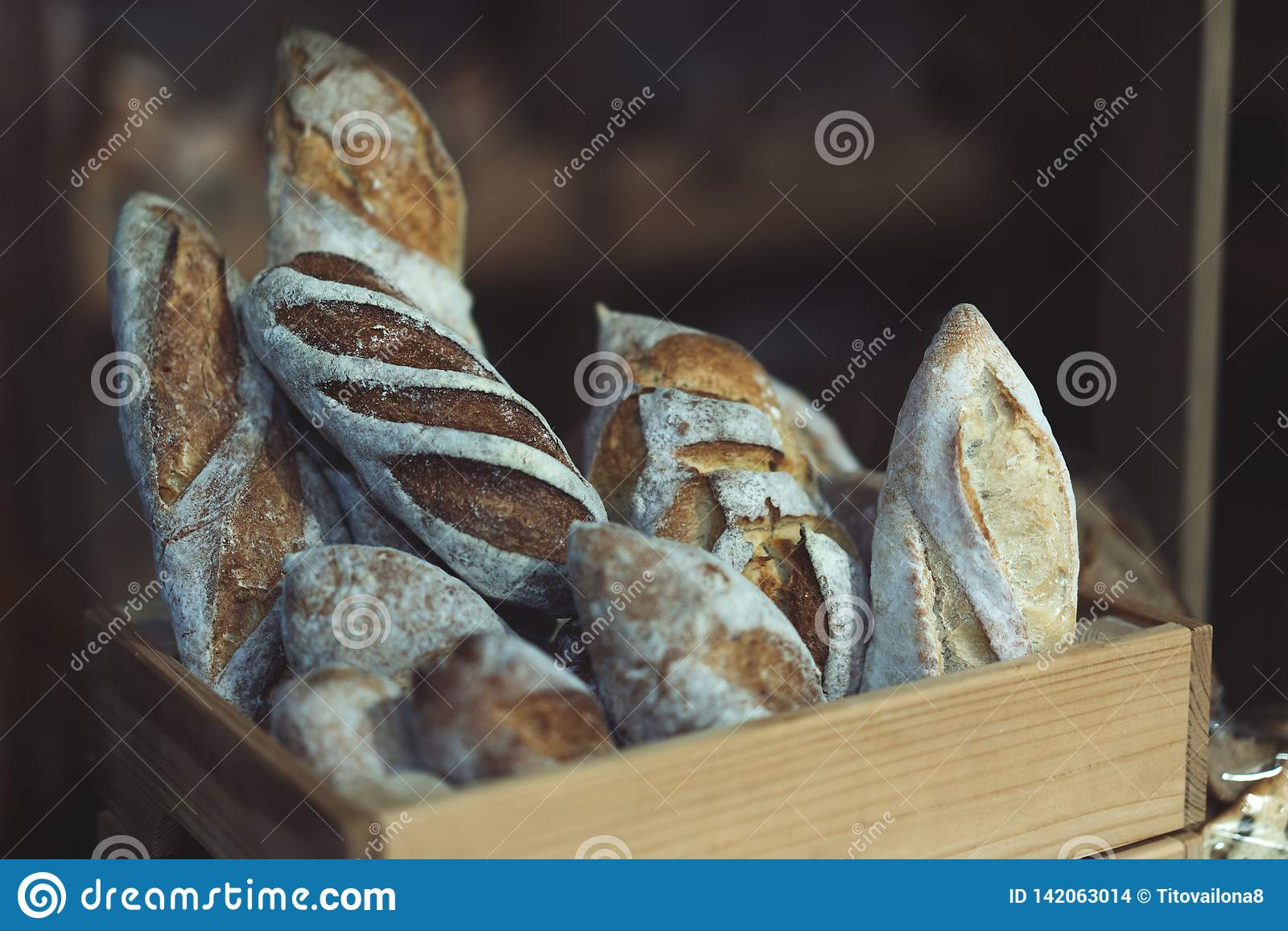 Panes del pan en una caja de madera