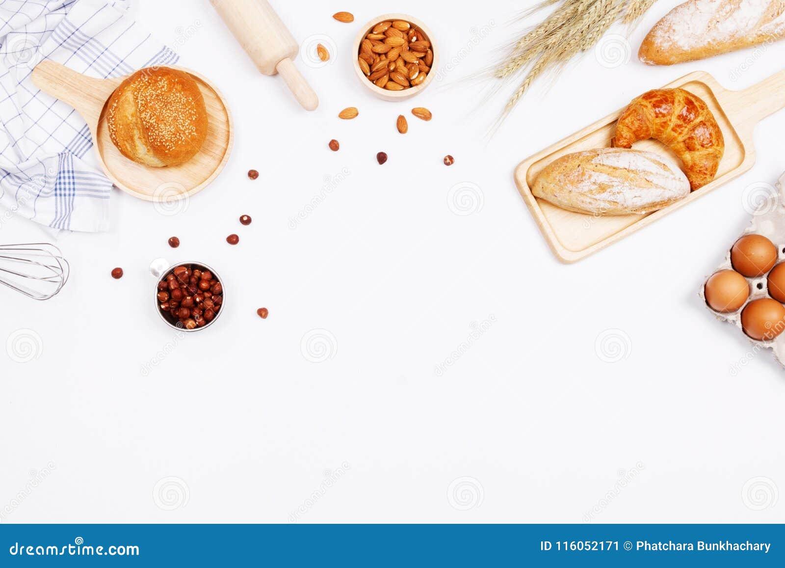 Panes hechos en casa o ingredientes del bollo, del cruasán y de la panadería, harina,