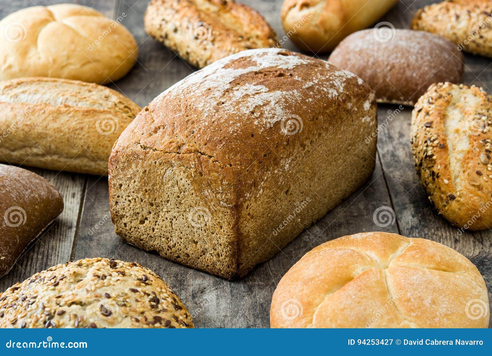 Panes mezclados en la tabla de madera