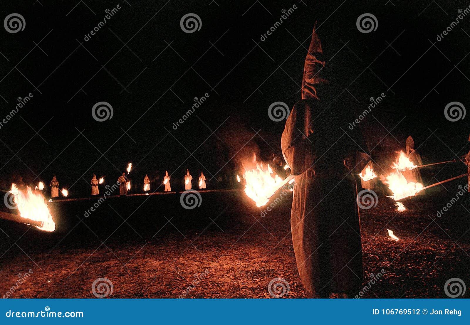 Panhandle, Florida, Verenigde Staten - circa 1995 - de Ceremonieleden van de Ku Klux Klankkk Nacht in Witte Robes, Kappen en bran