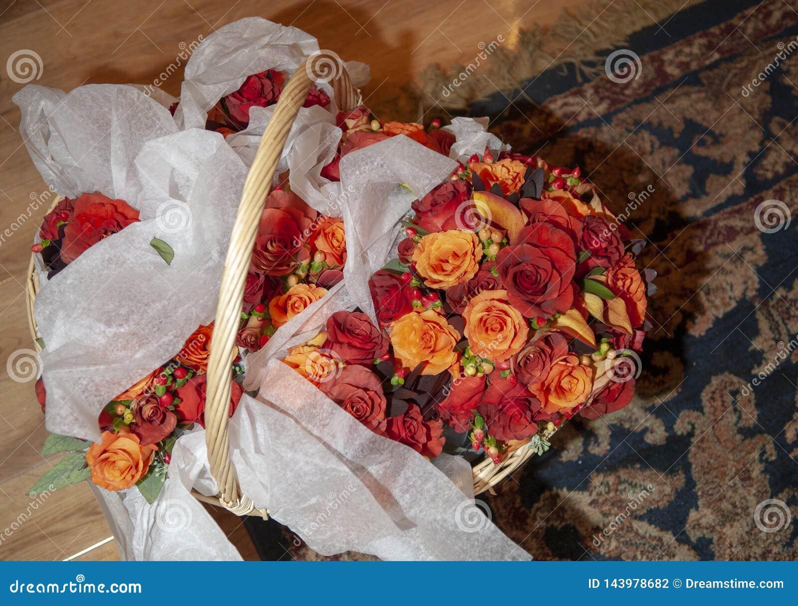 Panier avec des bouquets de mariage