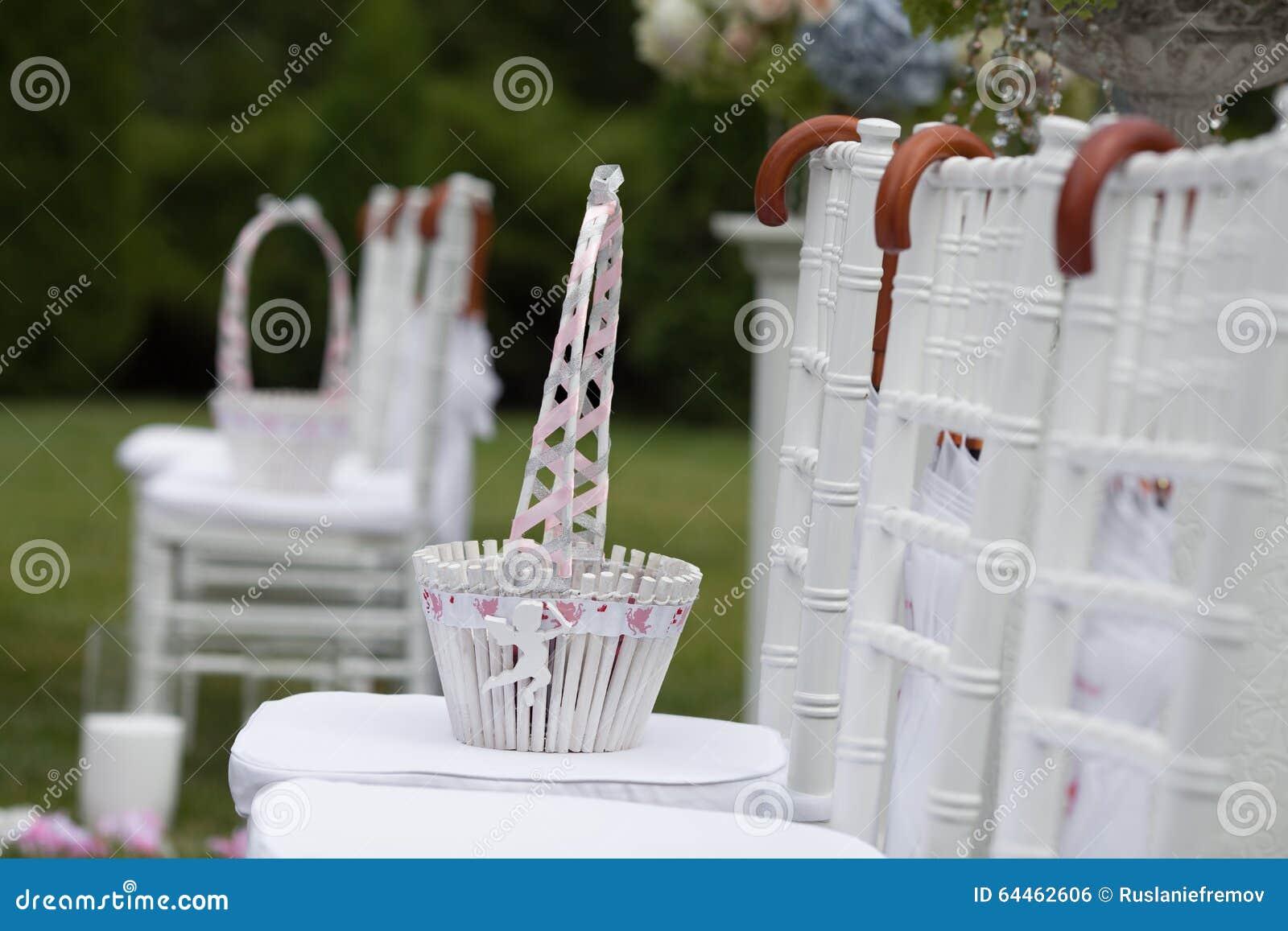 panier avec des ptales de rose pour la crmonie de mariage - Panier Pour Petale Mariage
