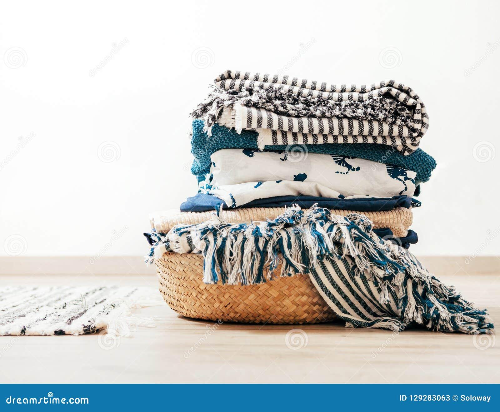 Panier avec la blanchisserie bleue et beige