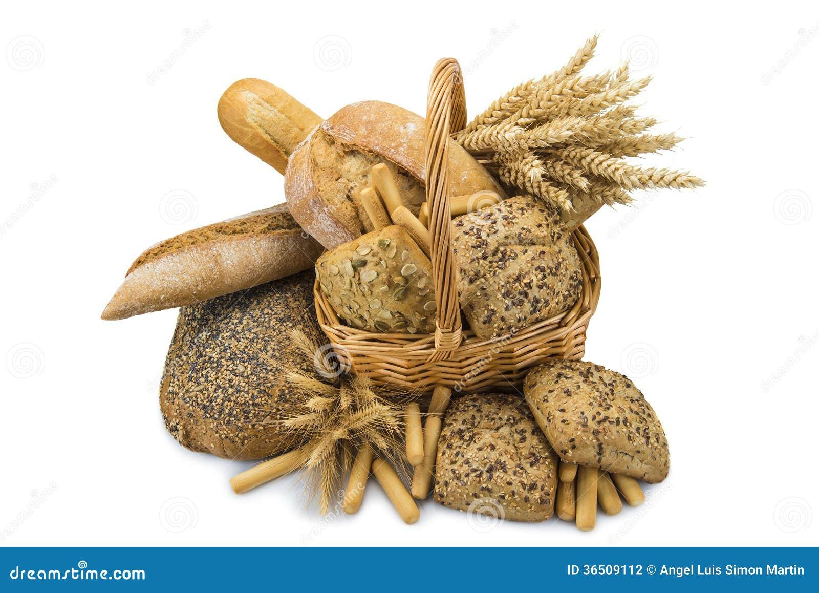 Panier avec un assortiment de pain d isolement sur le blanc