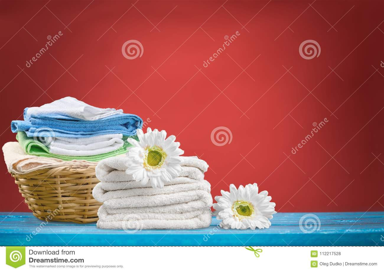 Panier de blanchisserie avec des serviettes