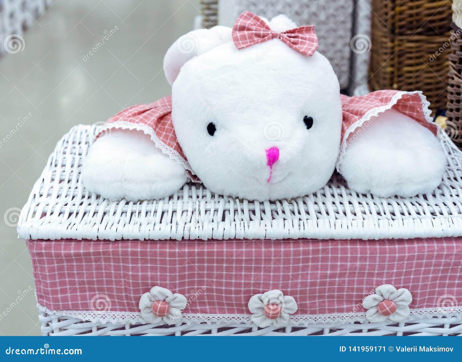 Panier de blanchisserie en osier avec un tissu rose et un jouet