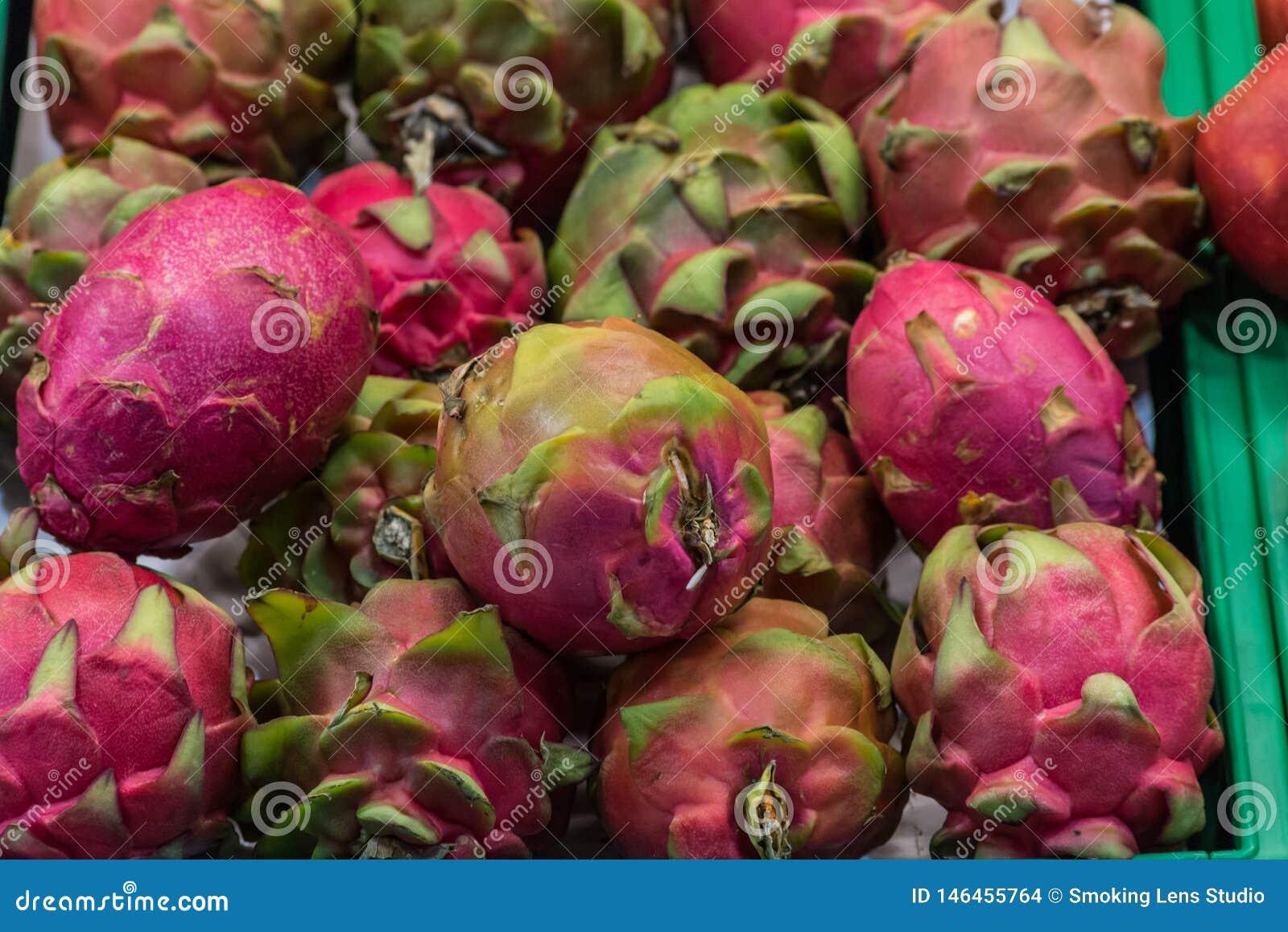 Panier de fruits exotique dans le supermarché