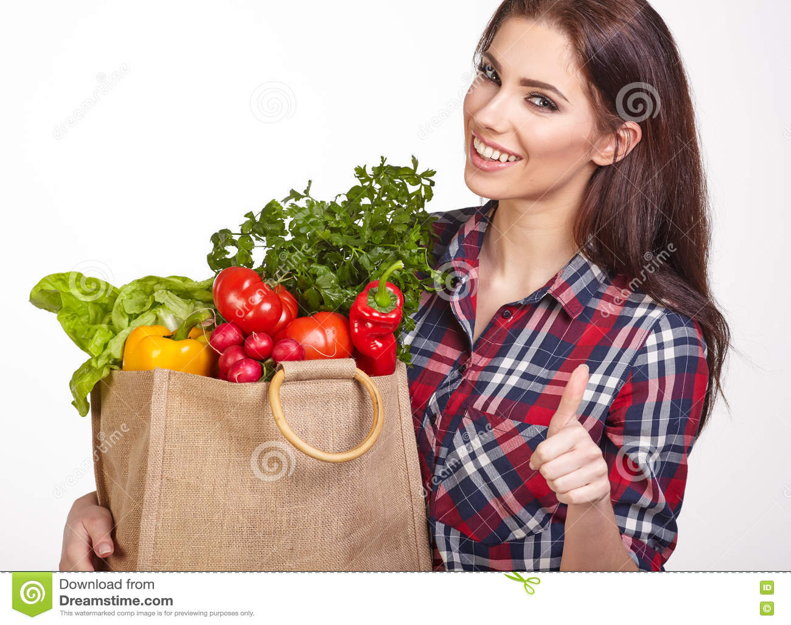 Panier de la mujer de verduras