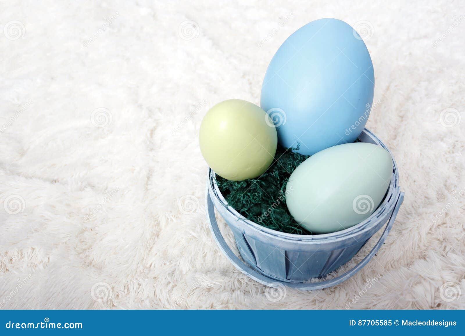 Panier de Pâques avec des oeufs