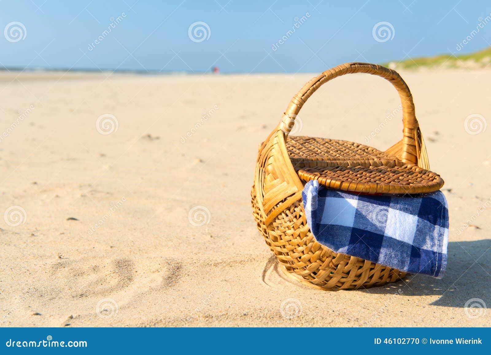 panier de pique nique la plage photo stock image 46102770. Black Bedroom Furniture Sets. Home Design Ideas