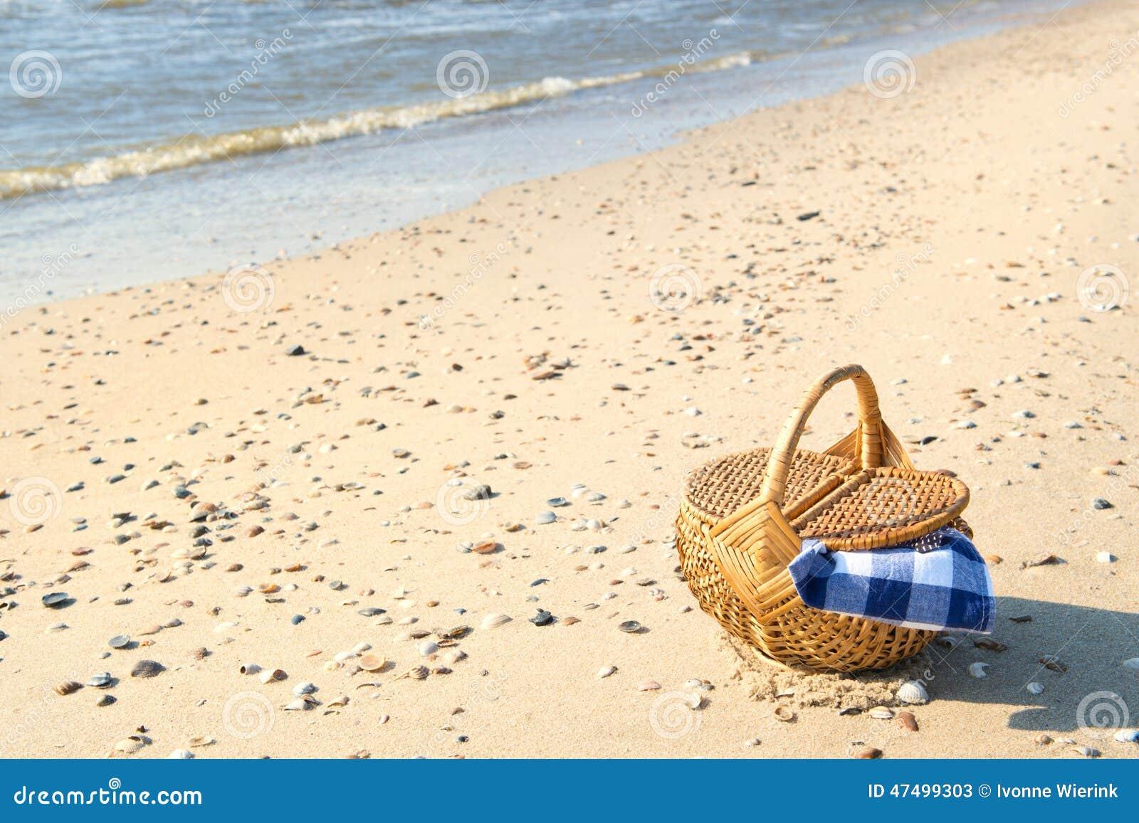 panier de pique nique la plage photo stock image 47499303. Black Bedroom Furniture Sets. Home Design Ideas