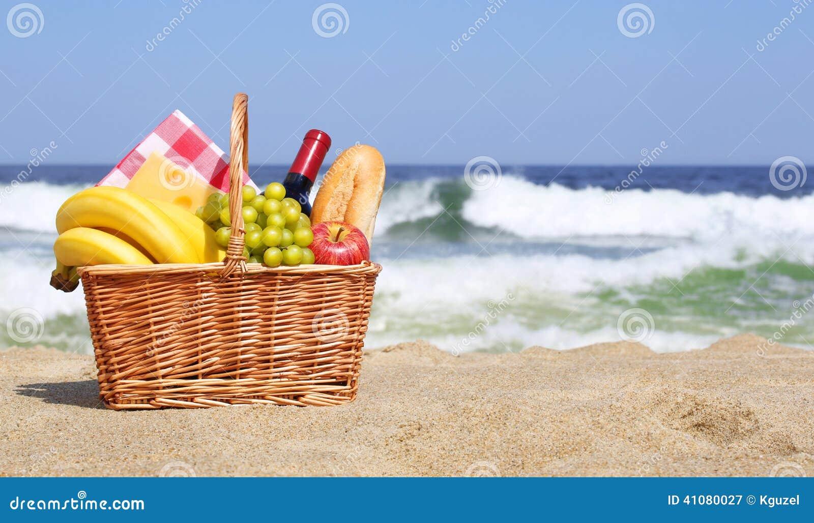 panier de pique nique sur la plage photo stock image. Black Bedroom Furniture Sets. Home Design Ideas