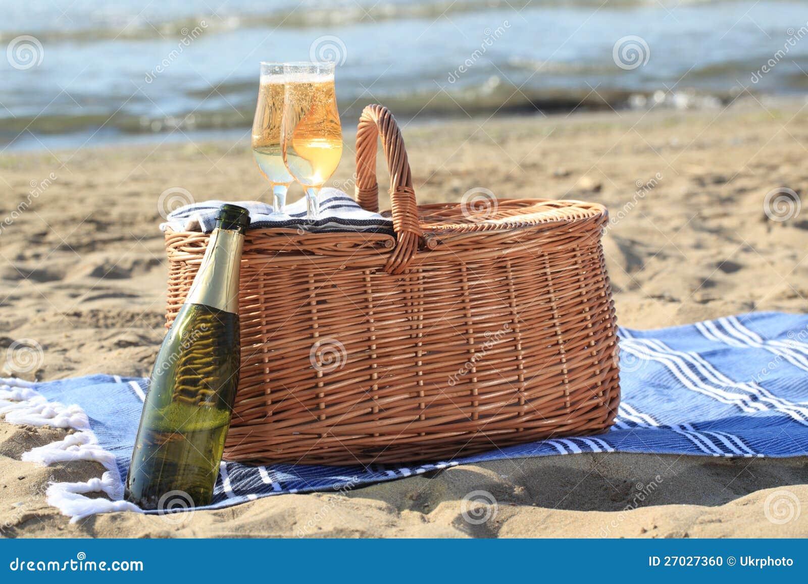 panier de pique nique sur une plage photo stock image. Black Bedroom Furniture Sets. Home Design Ideas