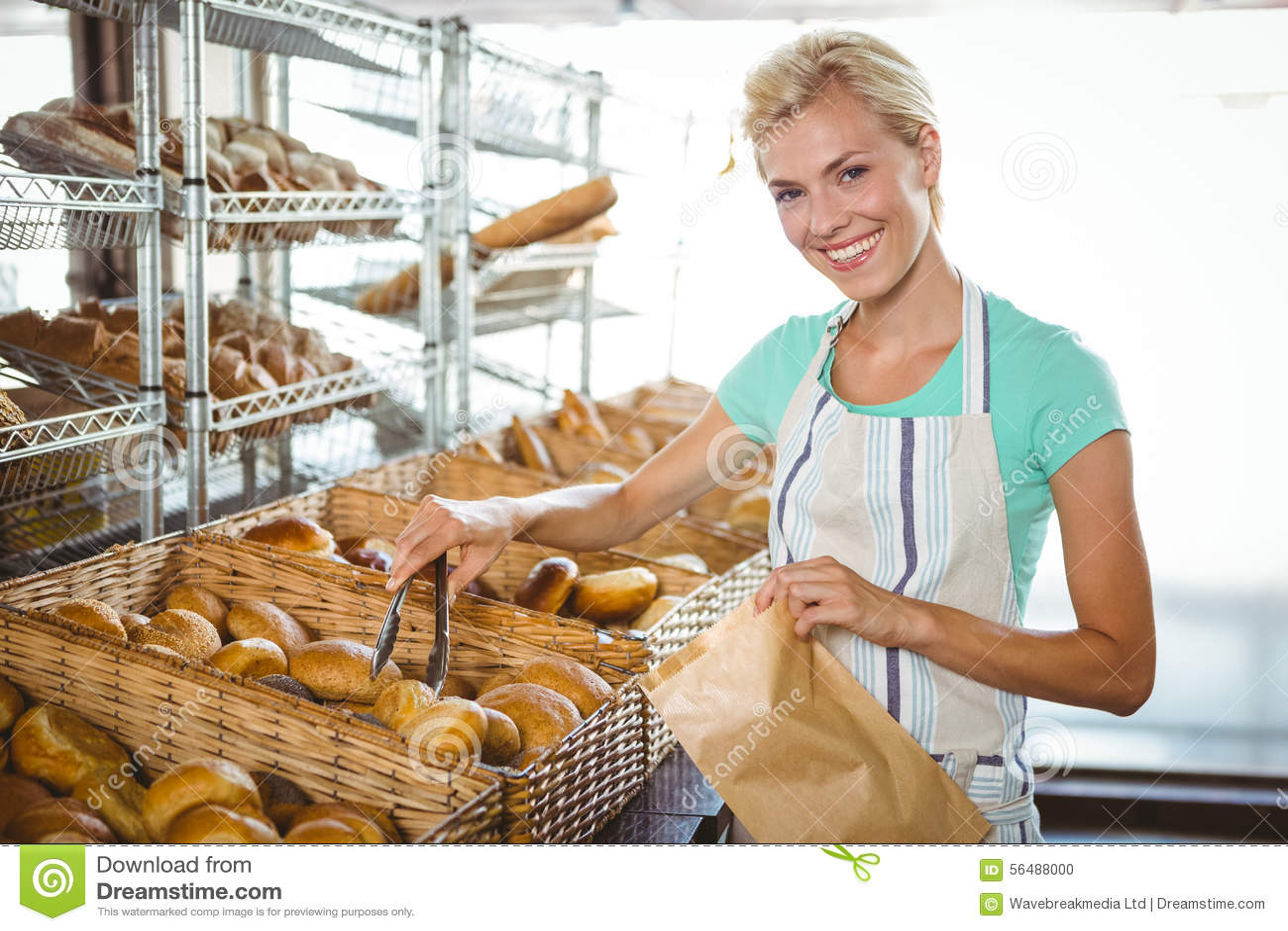 Panier de transport de sourire de serveuse de pain
