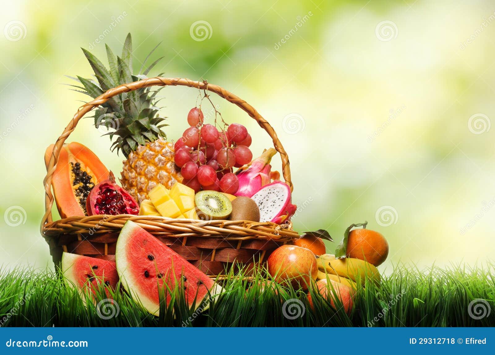panier des fruits tropicaux sur l 39 herbe verte photo stock. Black Bedroom Furniture Sets. Home Design Ideas