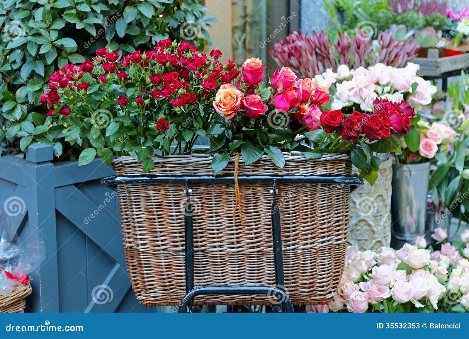 Panier De Fleurs Fraîches : Panier des roses image stock du fleur rosebud
