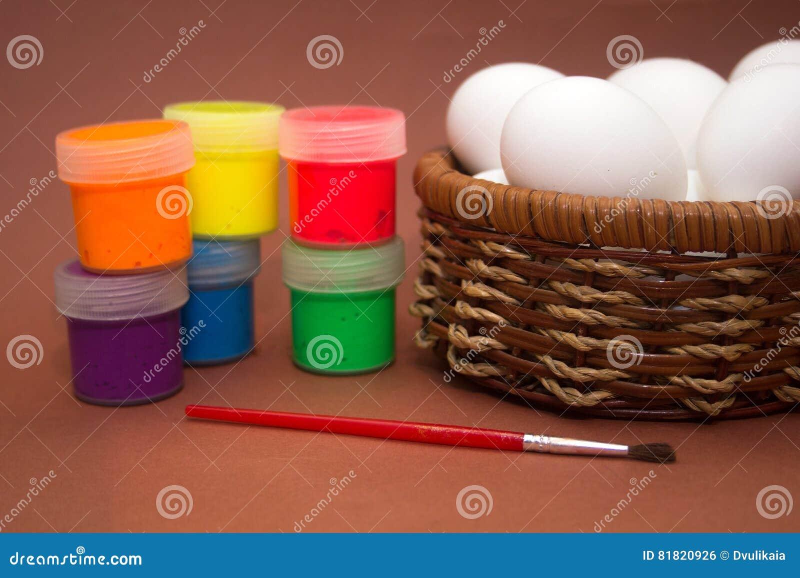 Peindre Un Panier En Osier panier en osier avec des oeufs et ensemble aux oeufs de