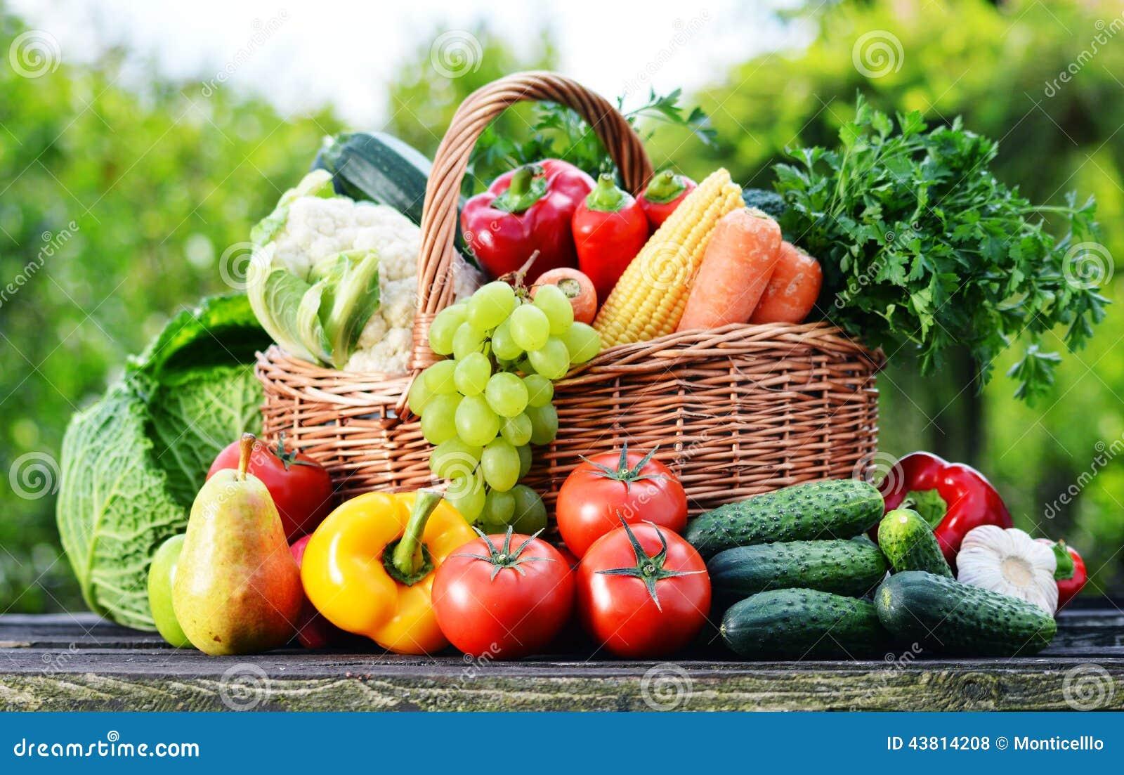 Panier En Osier Avec Les L Gumes Organiques Crus Assortis