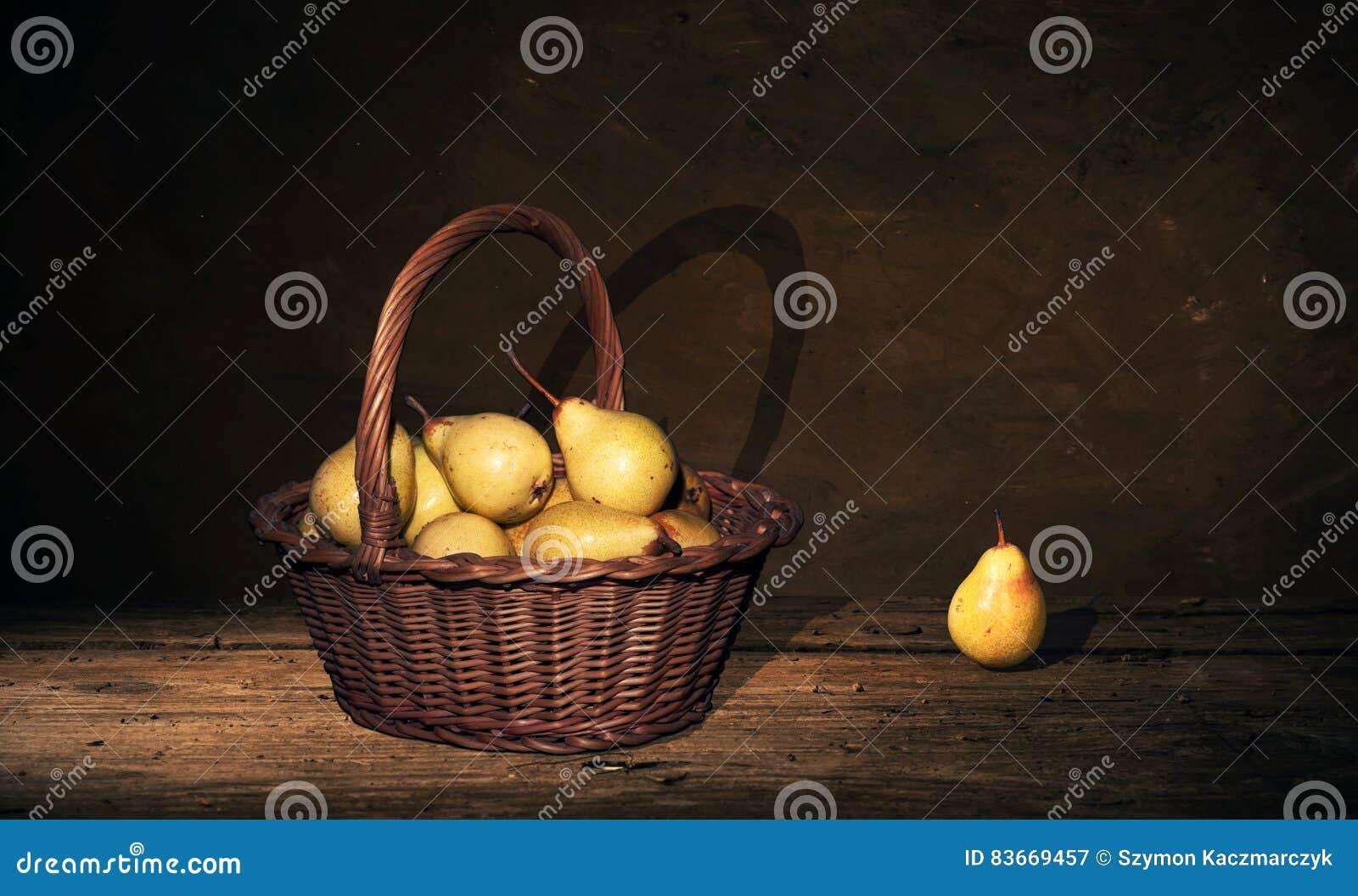 Peindre Un Panier En Osier panier en osier avec les poires et une poire sur la table