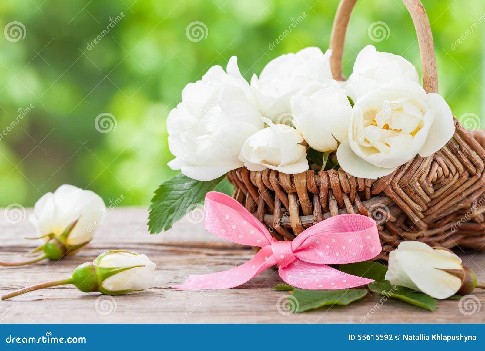 panier en osier rustique avec les fleurs roses sauvages et. Black Bedroom Furniture Sets. Home Design Ideas