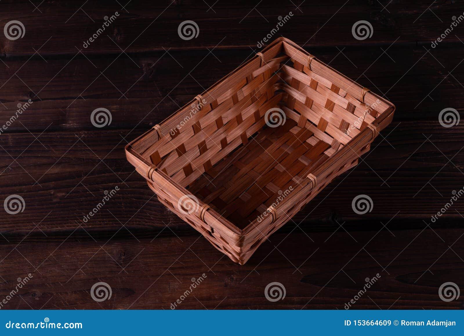 Panier en osier vide sur un fond en bois