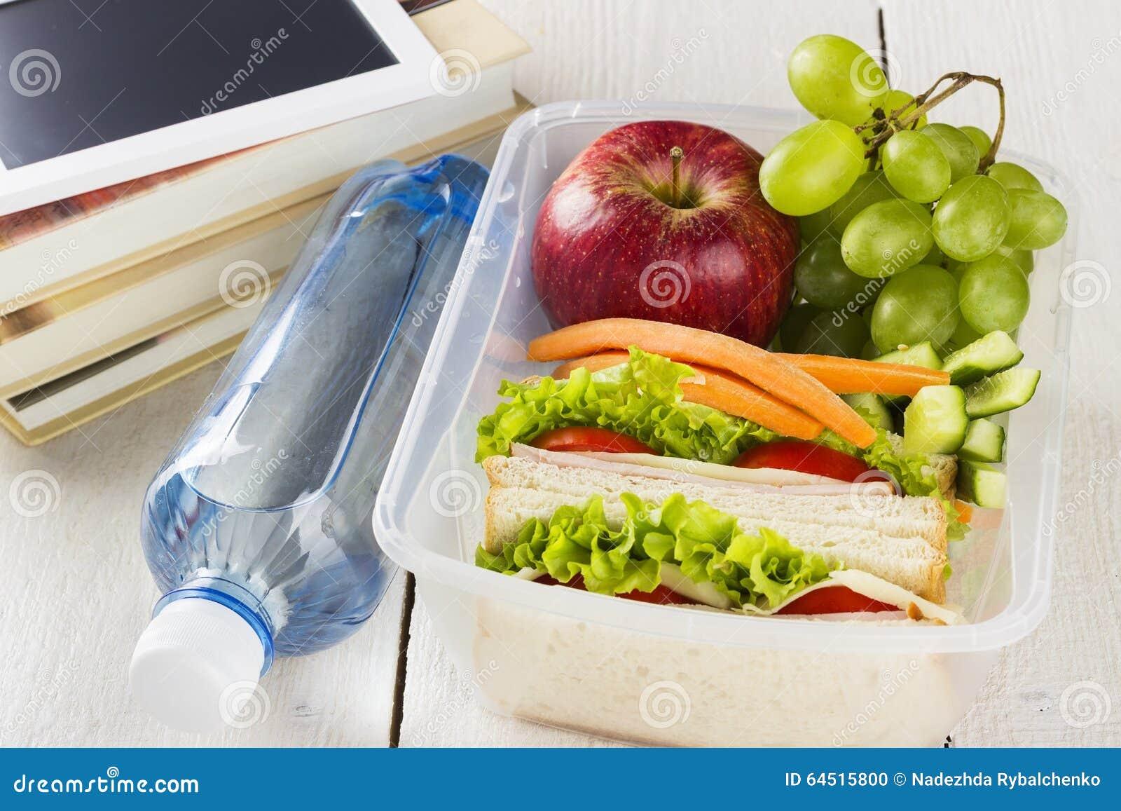 panier repas avec le sandwich les l gumes et le fruit la bouteille de l 39 eau et la protection. Black Bedroom Furniture Sets. Home Design Ideas