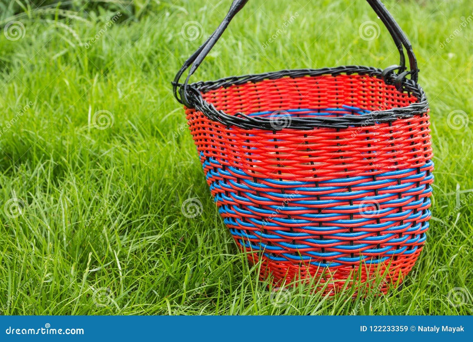 Panier vide en osier pour des produits sur l herbe