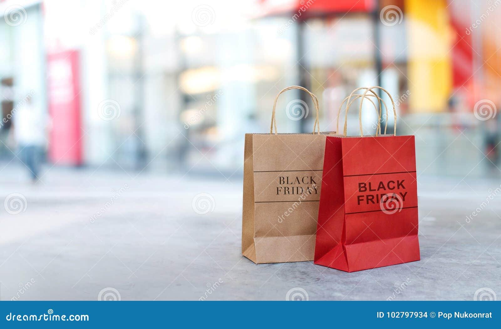 Paniers de vente de Black Friday sur l avant de plancher du mail