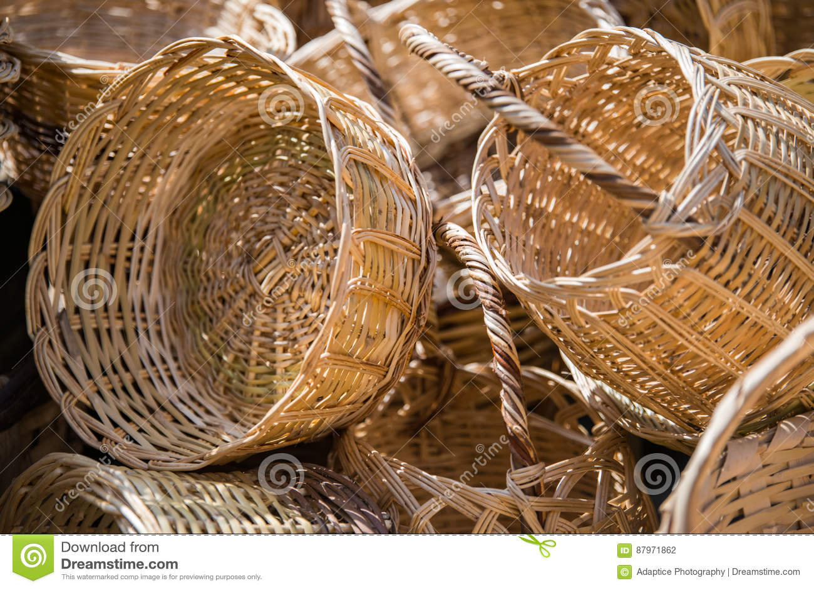 paniers en osier faits main faits avec les mat riaux naturels photo stock image du mat riaux. Black Bedroom Furniture Sets. Home Design Ideas